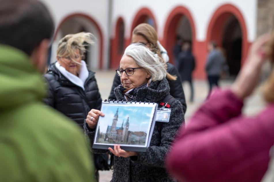 Gästeführerin Ramona Wagner erklärt die Architektur des Rathauses.