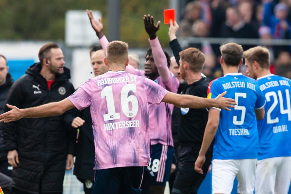 Schiedsrichter Christian Dingert zeigt Bakery Jatta die Rote Karte. Der HSV-Profi versteht hingegen die Welt nicht mehr