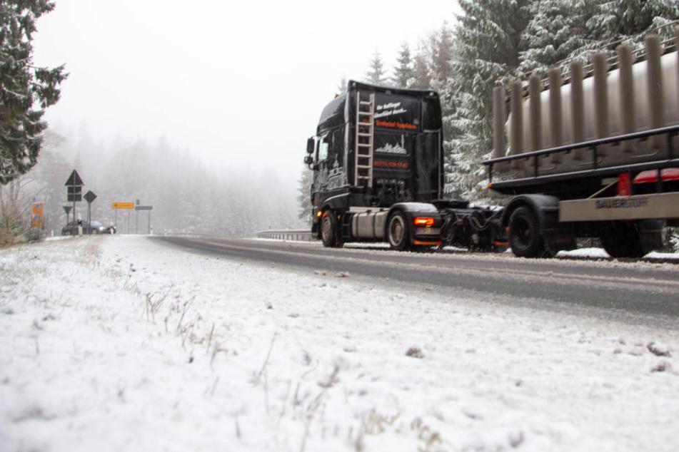 Chaos auf den Straßen! Laster kommen wegen Wintereinbruch nicht voran