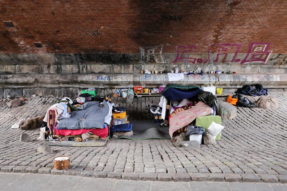 Obdachlose Menschen haben ihren Schlafplatz unter einer Brücke an der Helgoländer Allee aufgebaut.