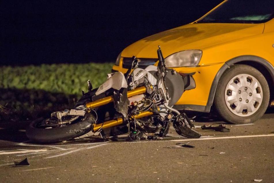Das Motorrad wurde gegen den Opel geschleudert.