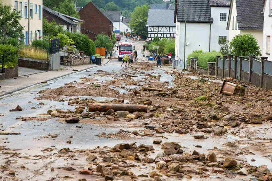 Schlammberge blieben nach dem Hochwasser auf den Straßen zurück.
