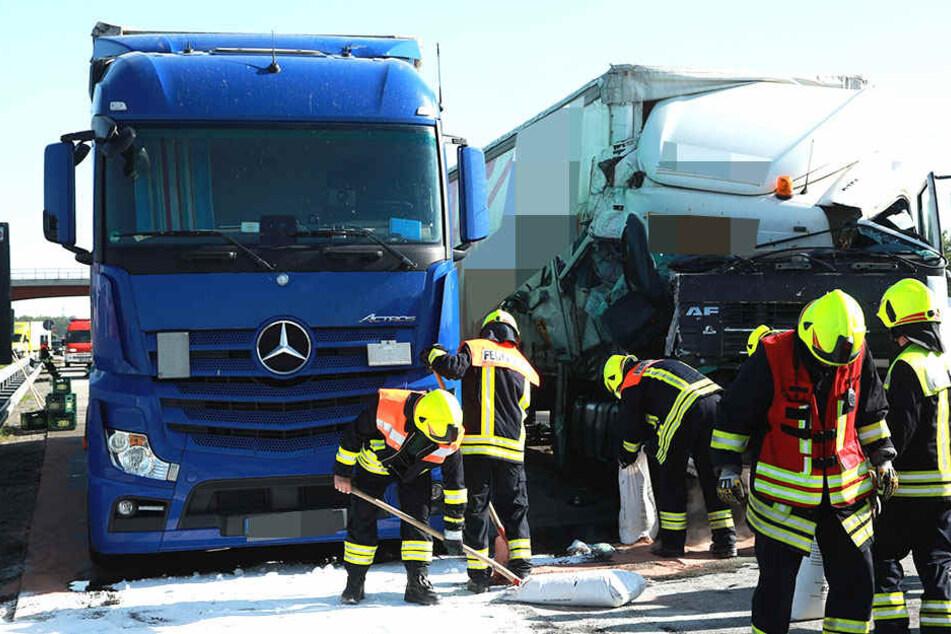 Rettungskräfte der Feuerwehr mussten die Autobahn im wahrsten Sinne des Wortes säubern.
