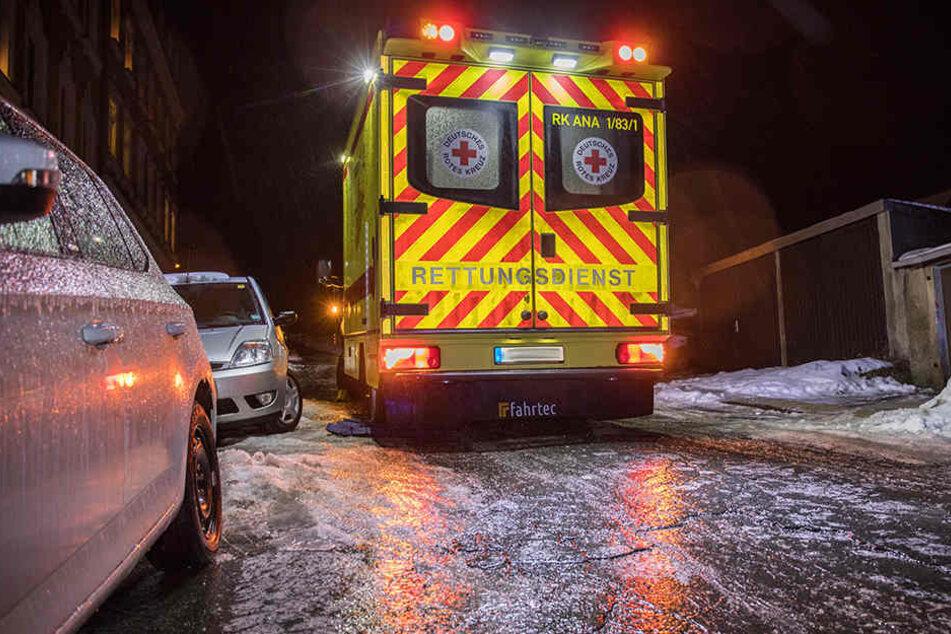 Warnung vor Glatteis! Rettungswagen bleibt bei Eisregen stecken