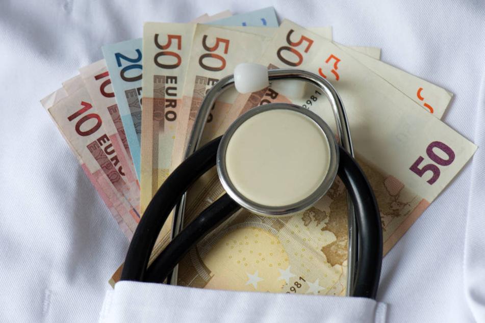 Der Arzt musste sich wegen Betrügereien bei der Abrechnung medizinischer Leistungen vor Gericht verantworten (Symbolbild).