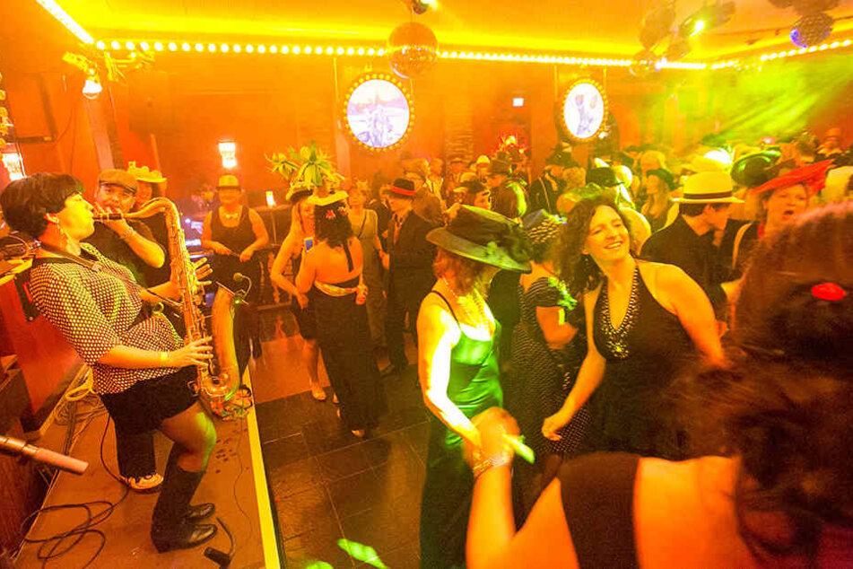 """In der berühmten Kakadu-Bar zelebriert der Club """"Pussytotalbar"""" zum Filmball die Hits der 80er Jahre."""