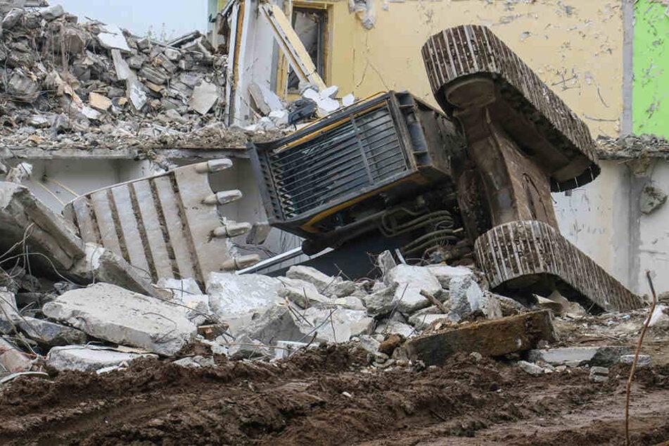Mysteriöser Unfall Auf Baustelle Wieso Liegt Hier Ein Bagger Auf