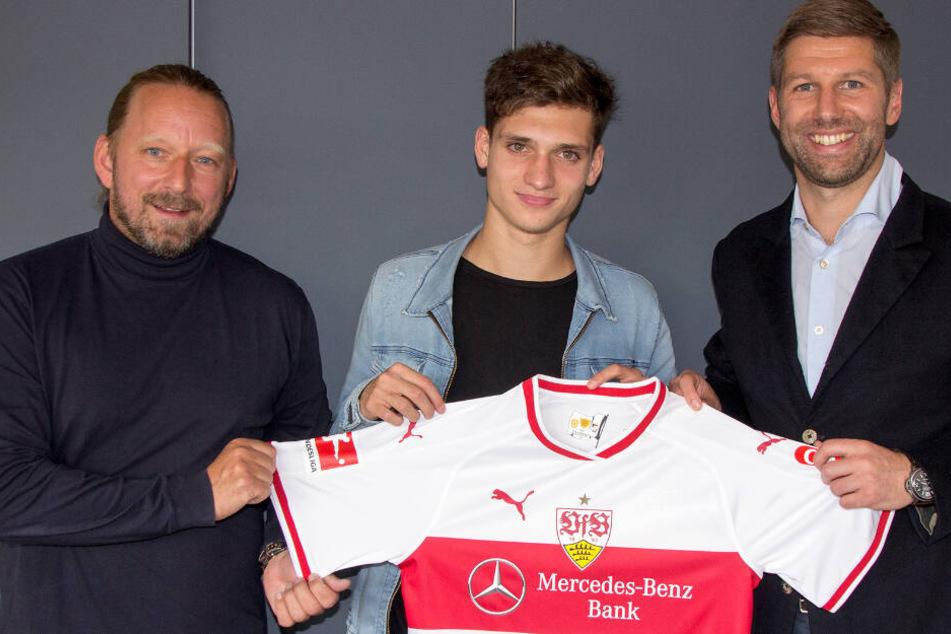 Sportdirektor Sven Mislintat (links) und Sportvorstand Thomas Hitzlsperger stellen Neuzugang Mateo Klimowicz vor.