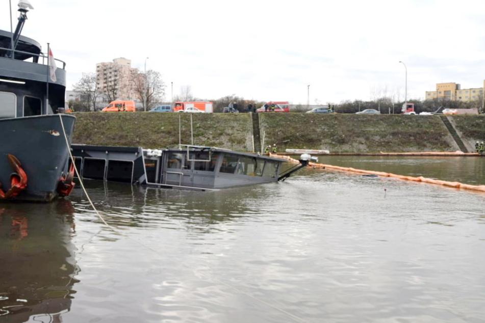 Aus dem versunkenen Schiff ist Öl und Treibstoff ausgetreten.