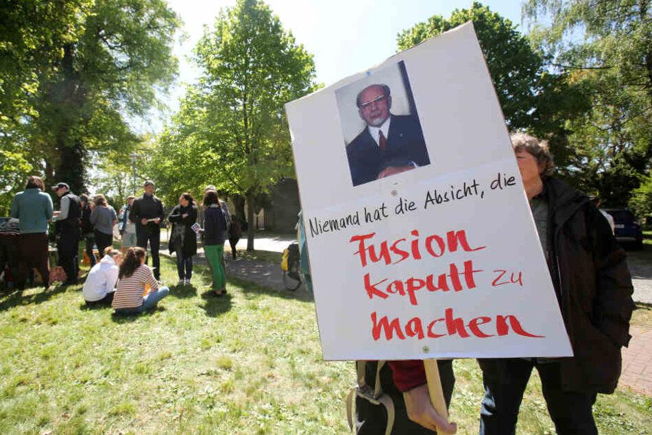 """Rund 100 Menschen haben am Sonntag in Lärz gegen eine Polizeiwache und gegen Polizeistreifen auf dem """"Fusion""""-Festival protestiert."""