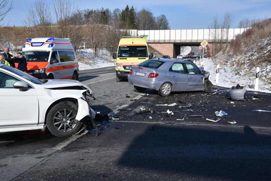 Bei dem schweren Crash gab es zwei Verletzte.