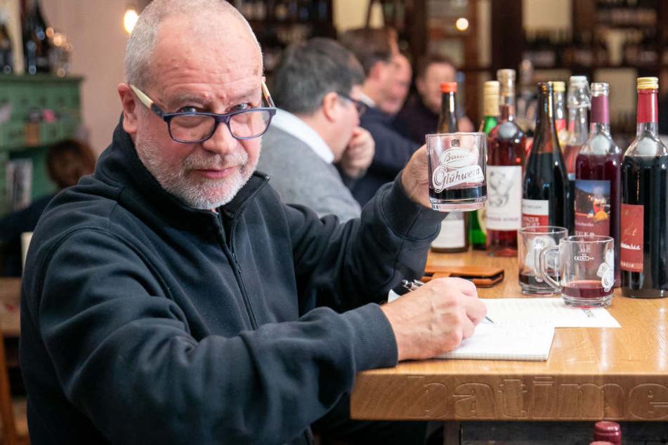 """Heiße Verkostung in der """"Weinzentrale"""": Gastro-Kritiker Ulrich van Stipriaan (67) lässt sich die beliebtesten Striezelmarkt-Glühweine munden."""