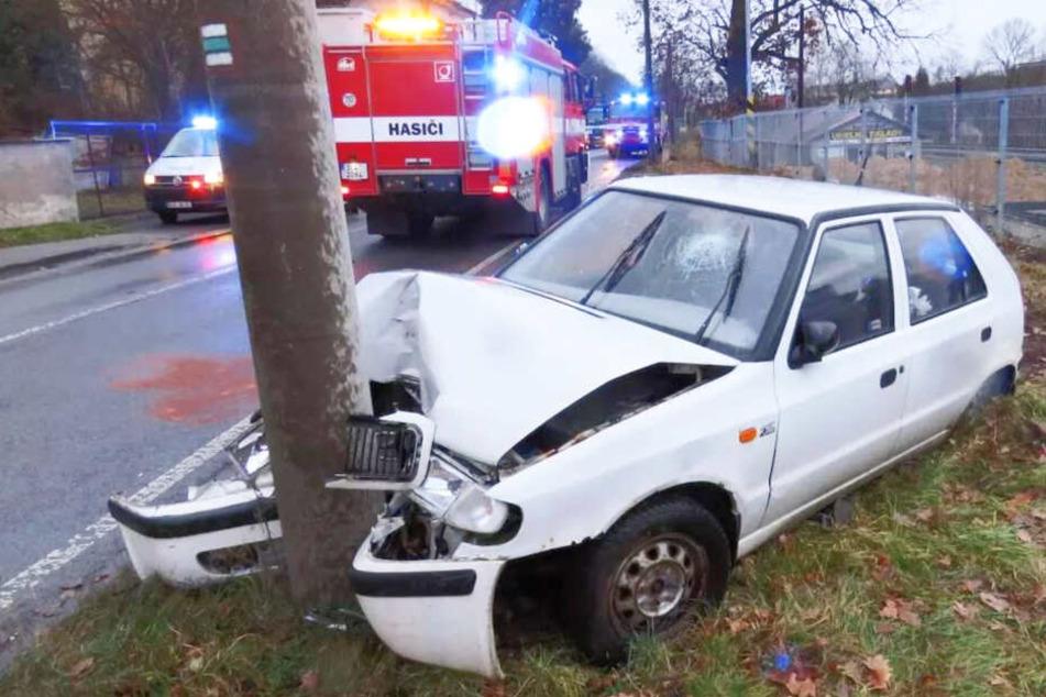 Der Wagen krachte voll gegen einen Betonmasten.
