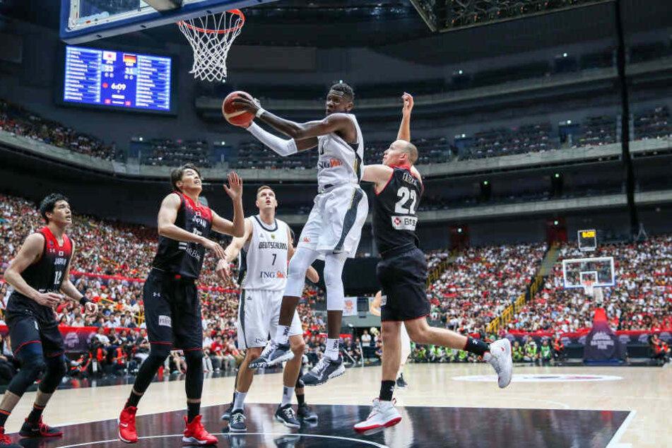 Tarsis Bongas Bruder Isaac spielt auf höchsten Niveau Basketball - für die Washington Wizards in der NBA und die deutsche Nationalmannschaft. Hier fliegt er in einer Begegnung mit Japan Richtung Korb.