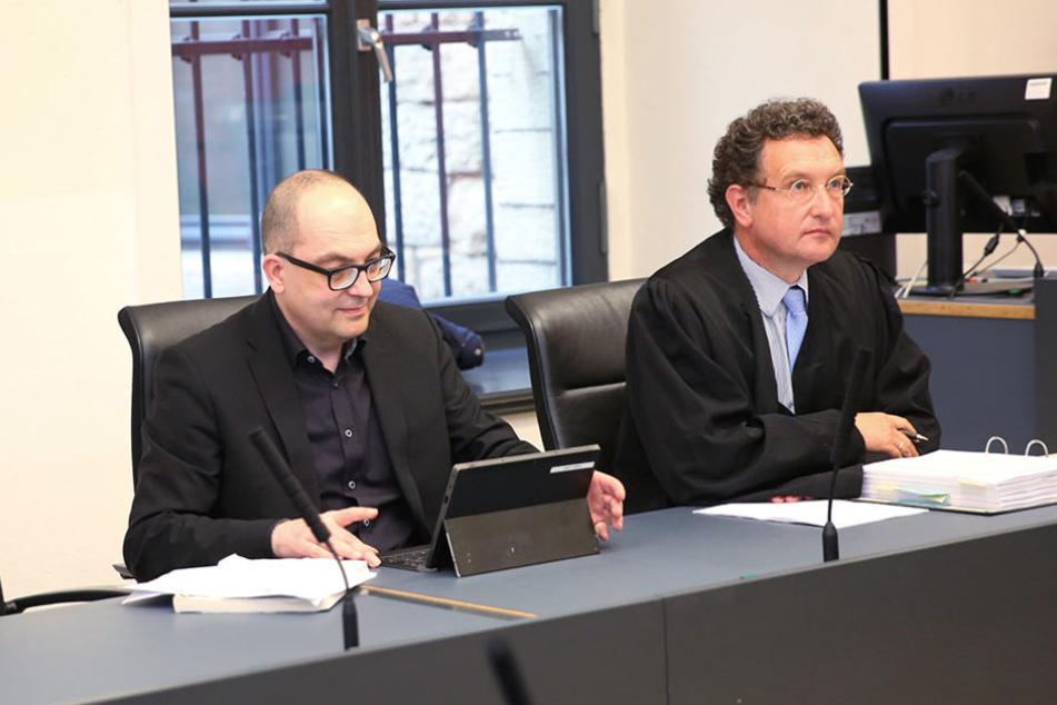 Konnte zufrieden sein: Wissenschaftler Steffen Kailitz (l.) neben seinem Anwalt.