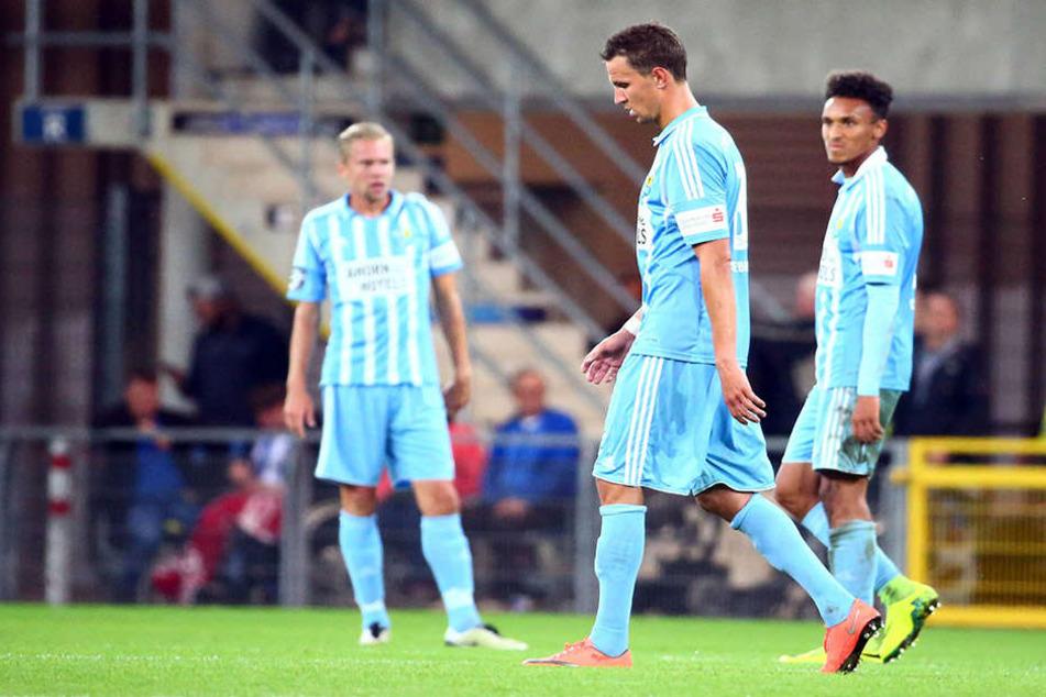 Traurige Gesichter nach dem Spiel in Paderborn. Die Sachsen verloren Mittwochabend 2:4.