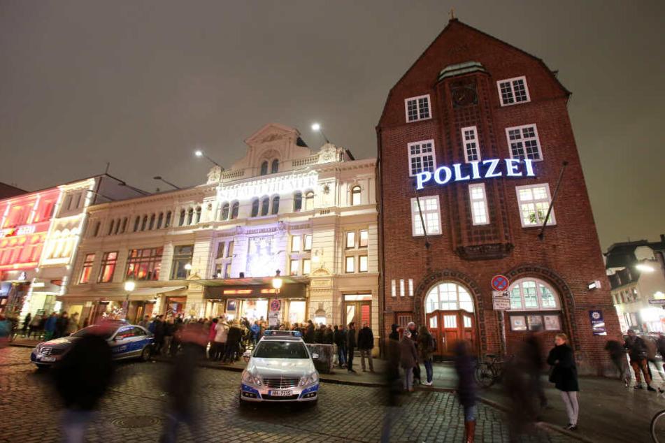 """Der leuchtende Schriftzug """"Polizei"""" prangt an der Außenfassade der berühmten Hamburger Davidwache im Stadtteil St. Pauli."""