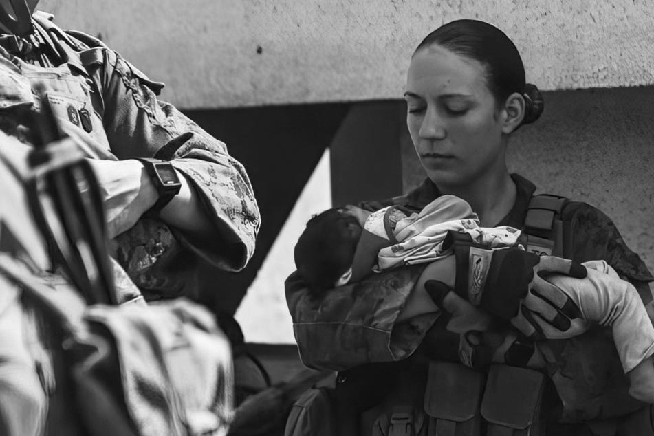 Soldatin kommt bei Anschlag ums Leben: Zuvor schützte sie Baby am Flughafen