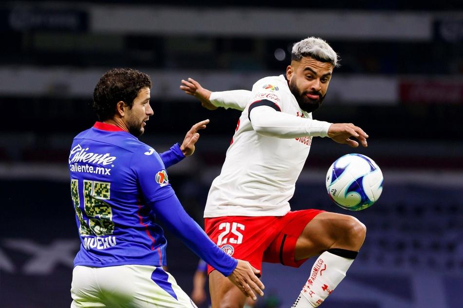 Ignacio Rivero (28, l.) von Cruz Azul im Zweikampf gegen Tolucas Torschützen Alexis Canelo (29).
