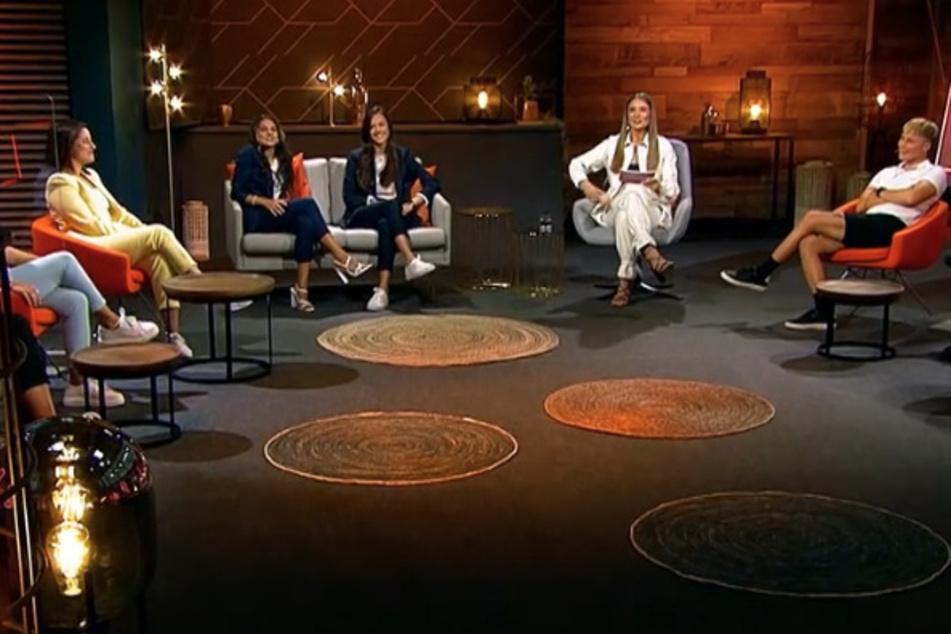 Die Kandidatinnen Kati (29), Miri (28), Bine (33), Lou (21), Elsa (22), Gea (28) und Britta (26) trafen sich zu einem Wiedersehen mit Moderatorin Lola (25) und der Princess Irina (30).