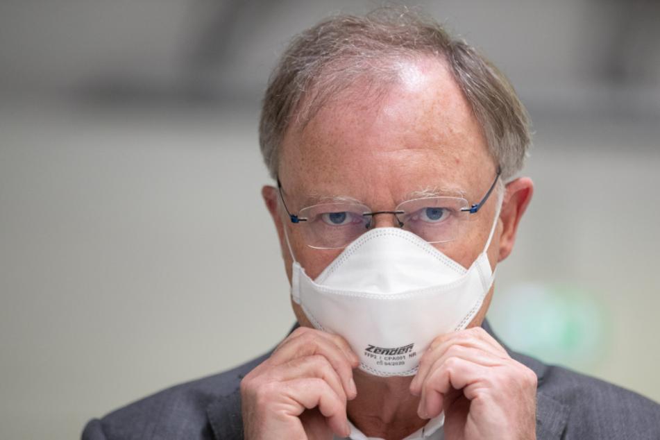 Niedersachsens Ministerpräsident Stephan Weil (61, SPD) macht vor wie es bald überall aussehen könnte.