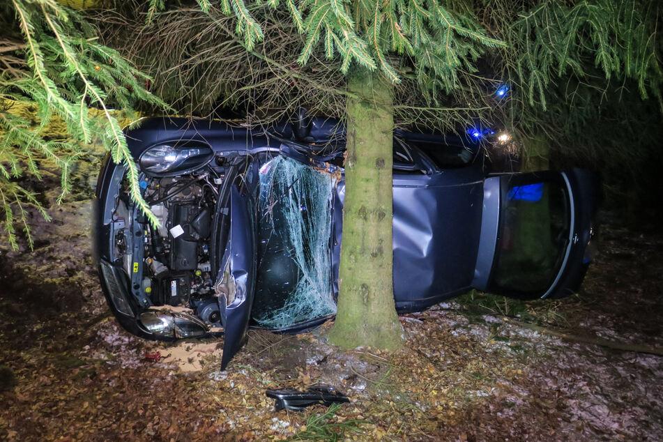 Eine Nissan-Fahrerin kam am Dienstag bei Breitenbrunn von der Straße ab und krachte gegen einen Baum.