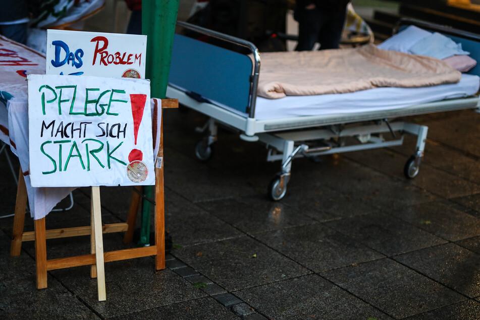 Mit bundesweiten Aktionen demonstrieren Pflegekräfte für bessere Arbeitsbedingungen.