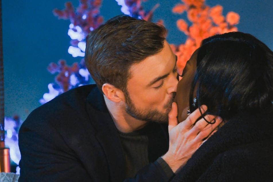 Linda (25) bekommt ihren ersten Kuss von Niko (30) in der Nacht der Rosen.