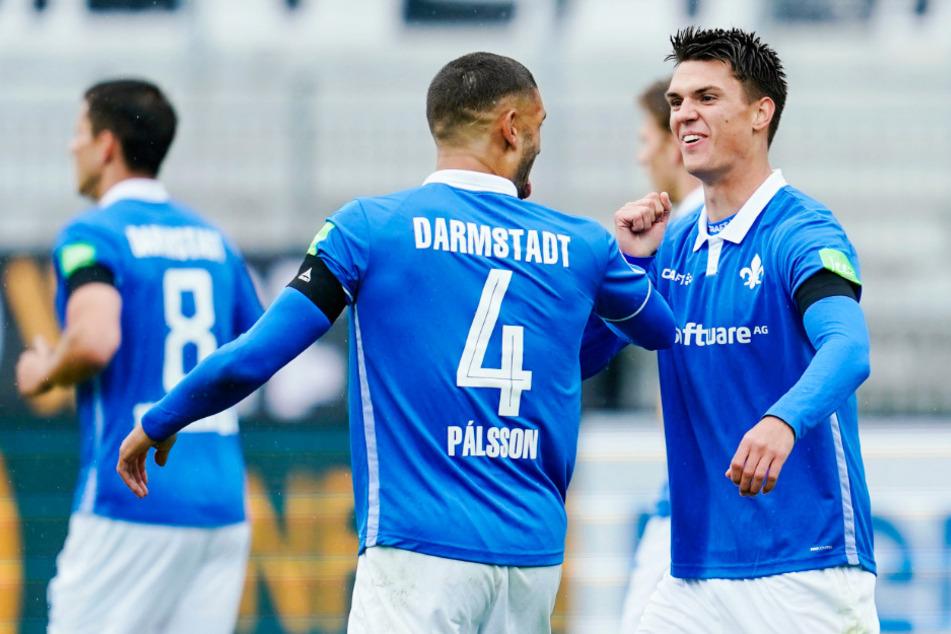 Mathias Honsak (r.) bejubelt mit Vorbereiter Victor Palsson seinen 1:0-Führungstreffer für Darmstadt.