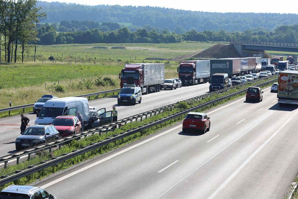 Links sieht man, wie gleich fünf Fahrzeuge ineinander gekracht sind.