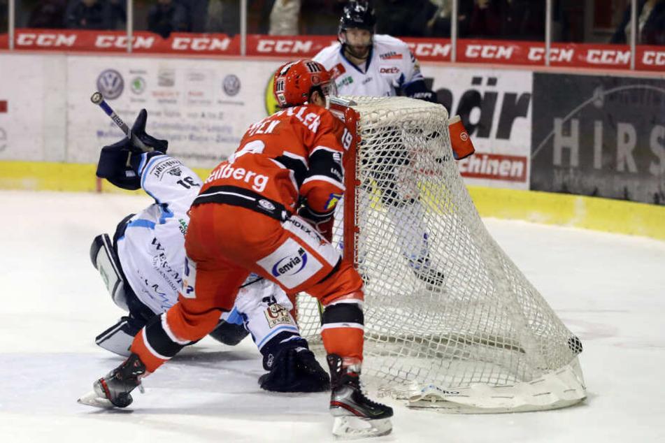 Austin Fyten (v.) netzt hier völlig frei ein, während Eislöwen-Goalie Marco Eisenhut der Scheibe versucht hinterherzuhechten.