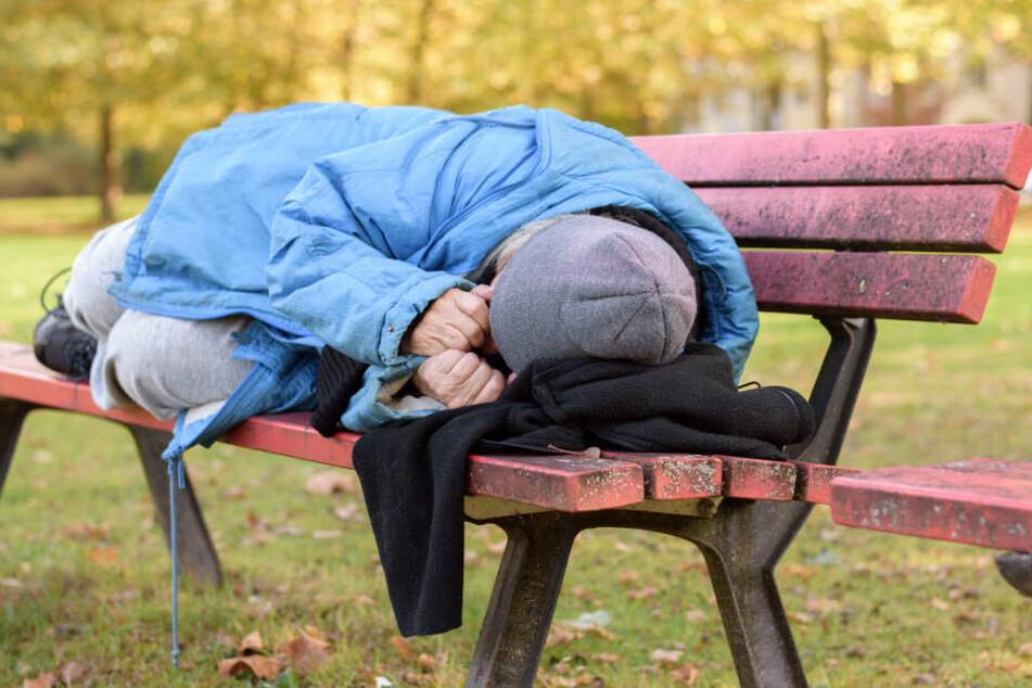 Obdachlose bekommt mitten auf der Straße Zwillinge