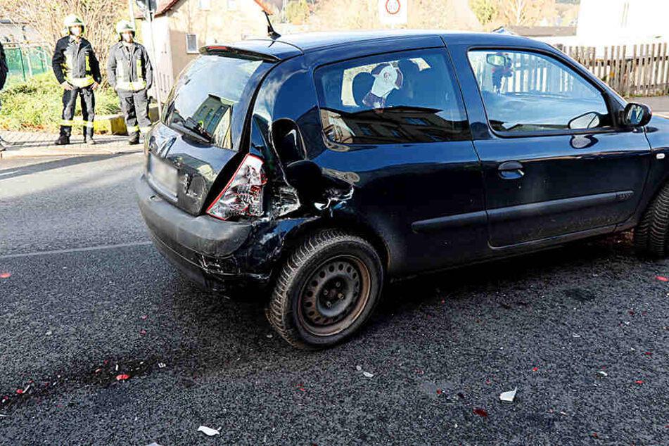 Der schwarze Clio wurde durch den Unfall am Heck beschädigt.