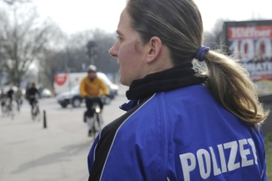 Hier steht die Hamburger Fahrradstaffel an einem Radweg. Ziel der Hamburger Polizei ist es vor allem, die Zahl der Radunfälle zu senken.