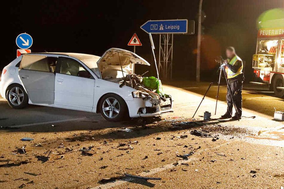Heftiger Crash an A72-Abfahrt: Audi fängt Feuer, mehrere Verletzte
