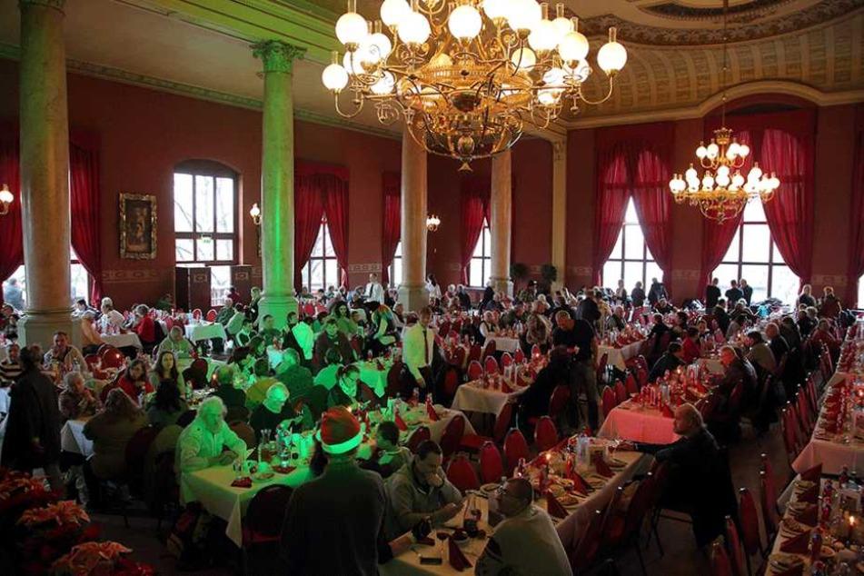 Im Ballhaus Watzke gab es für die Bedürftigen Dresdner Christstollen und Gänsekeule.