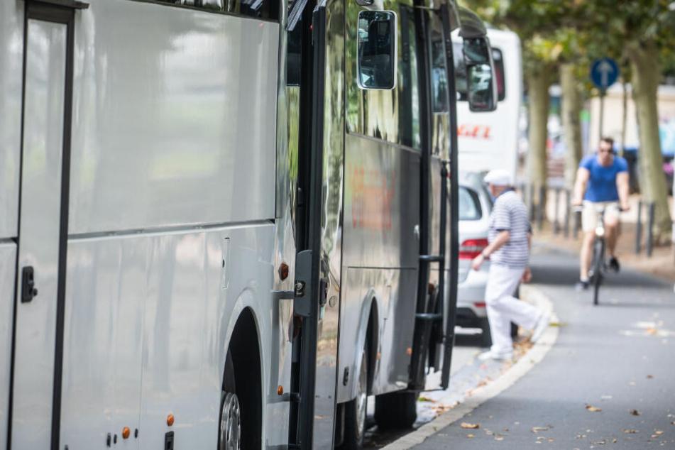 Der Busfahrer wollte links abbiegen und übersah das entgegenkommende Motorrad. (Symbolbild)