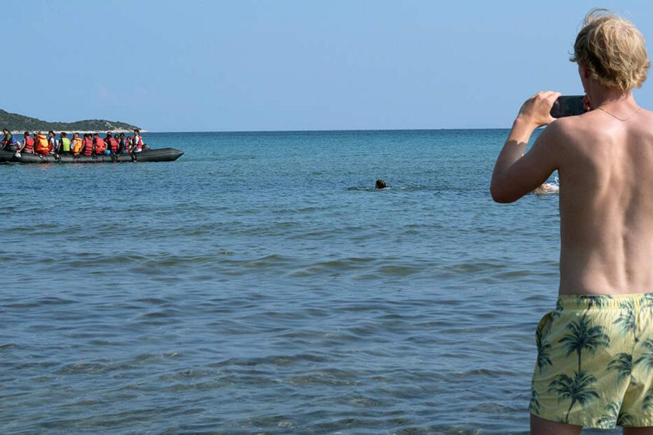 Florian (Bruno Alexander) ist der Erste, der das Flüchtlingsboot erblickt, das es bis an die griechische Küste geschafft hat.