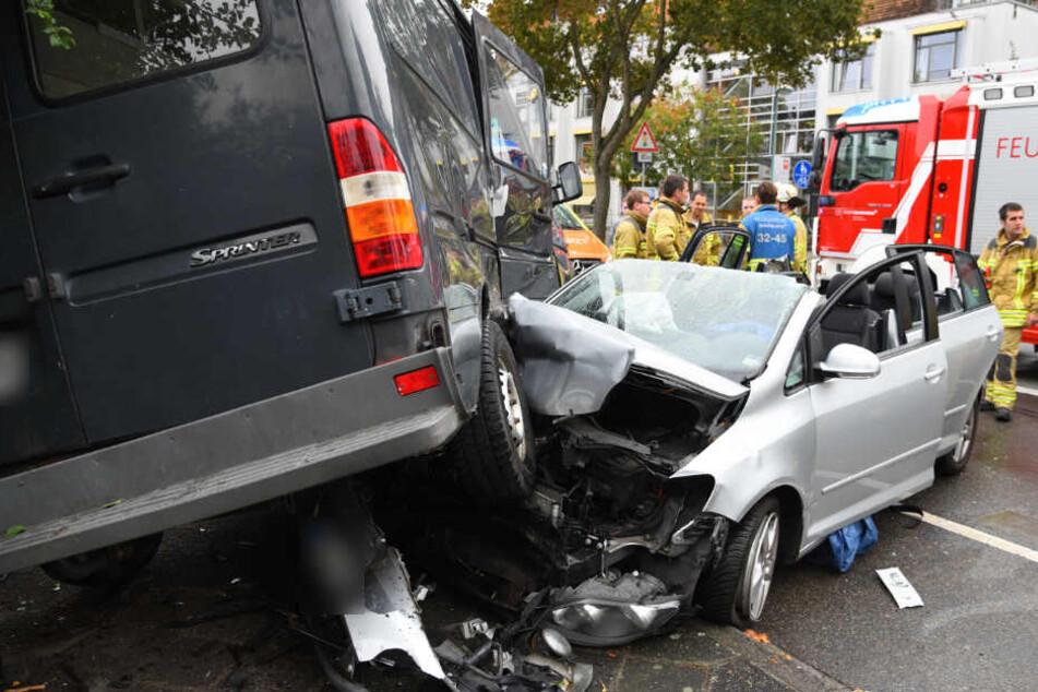 Der Wagen schob sich unter den Transporter.