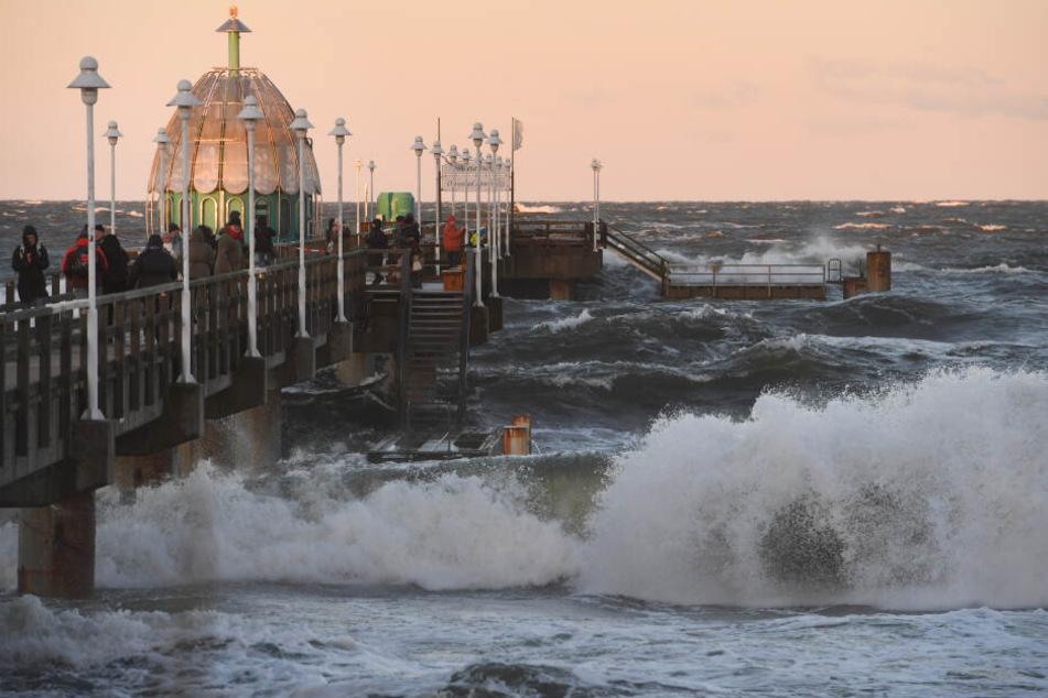 Wellen peitschen bei einer Sturmflut im Januar über die Seebrücke des Ostseebads Zinnowitz.