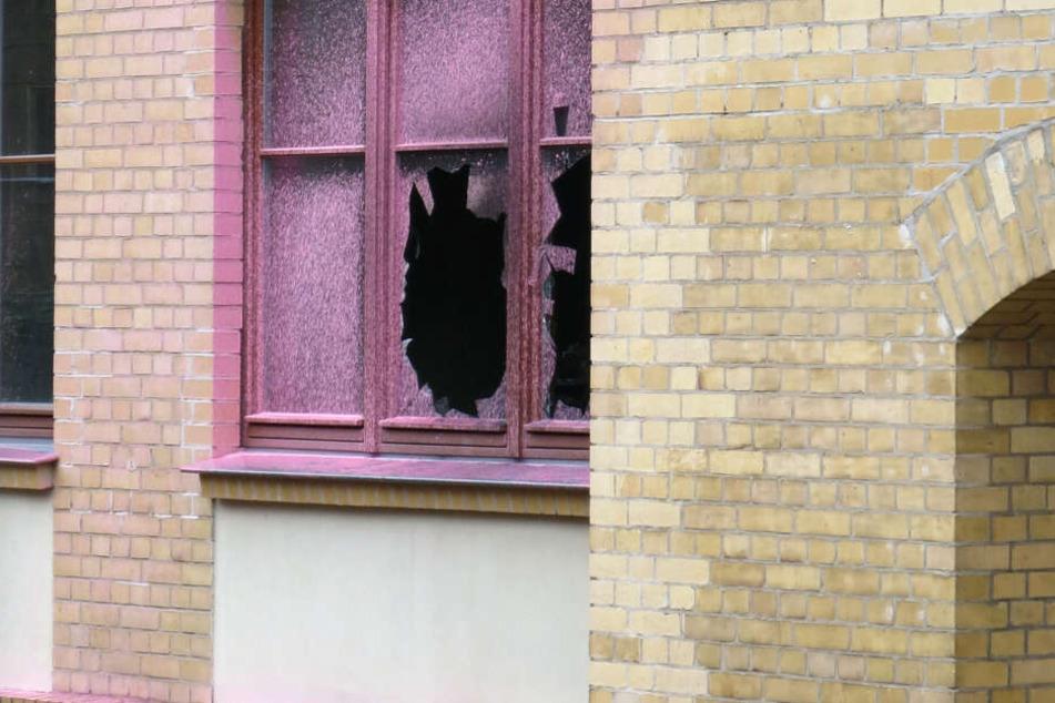 Erst wurde das Haus des Jugendrechts mit Farbe besudelt, dann flogen Brandsätze hinein.