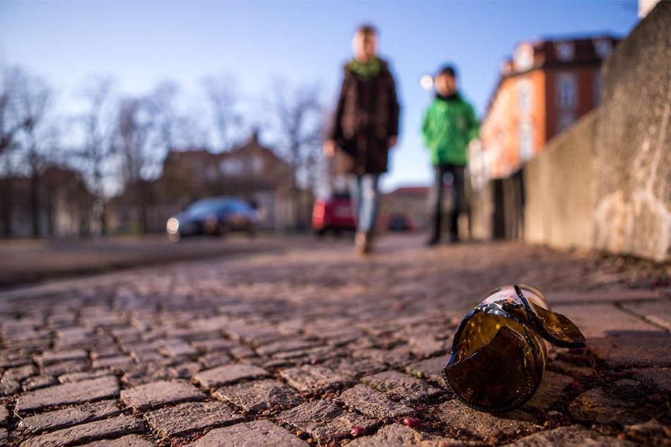 Müll, Flaschen, Hundekot: Sandra B. (39) und ihr Sohn Amadé (8) müssen aufpassen, wo sie hintreten.
