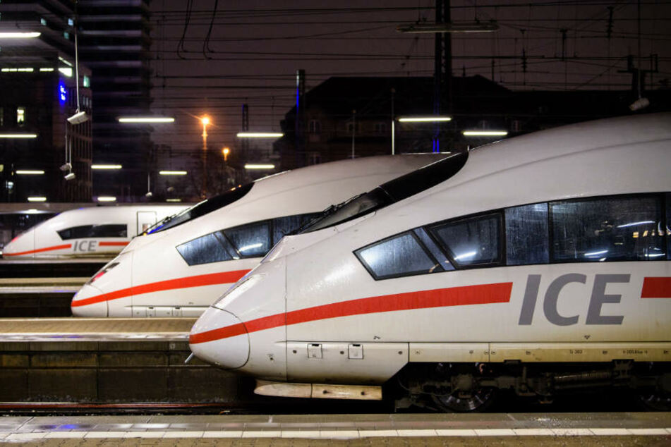 18-Jähriger würgt Zugbegleiterin