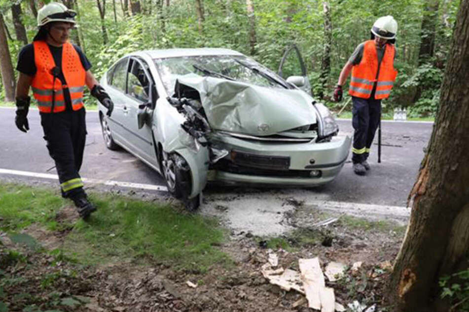Der Toyota krachte gegen einen Baum.
