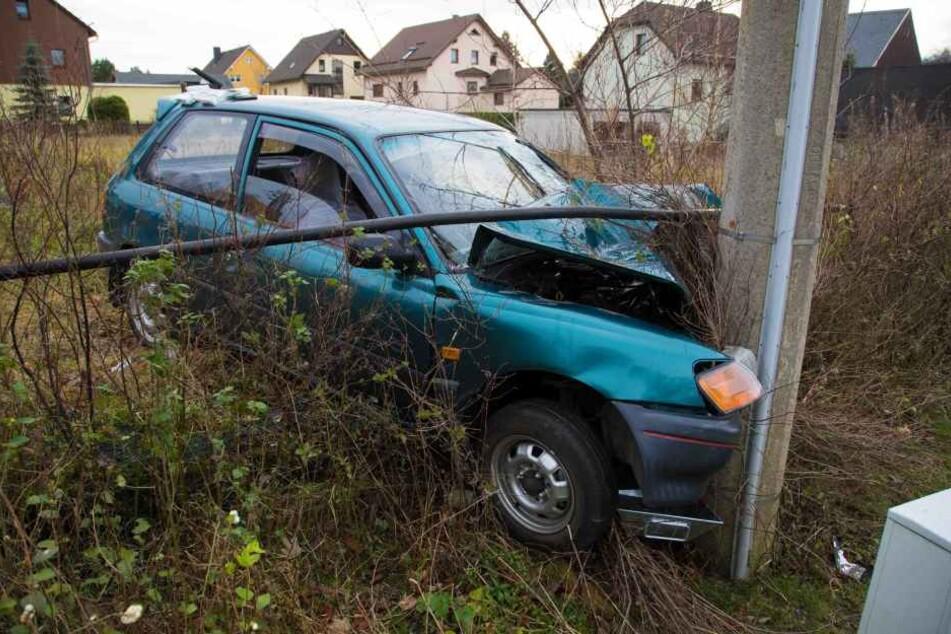Das Auto ist ungebremst am Strommast gelandet.