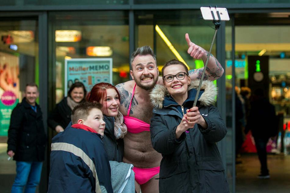 Knallwach-Wette verloren, ab auf die Prager Straße nach Dresden: Julian musste sich im Februar 2016 im pinken Bikini präsentieren, Franzi knipste.