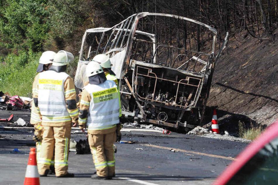 Beim Unfall auf der A9 brannte der Bus komplett aus, 18 Menschen starben.