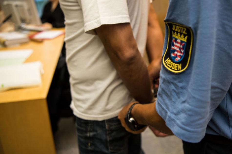 Der Mann wurde zu vier Jahren und neun Monaten Gefängnis verurteil (Symbolfoto).