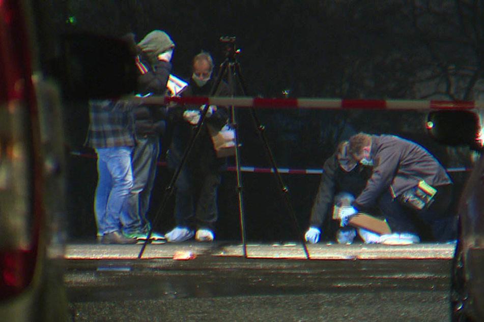 Polizisten untersuchen den Tatort in Neukölln.