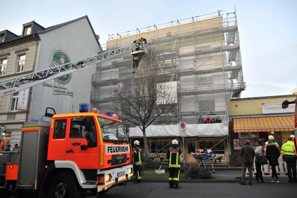 An der Ostheimer Straße musste die Feuerwehr mehrere Personen von einem Gerüst retten.